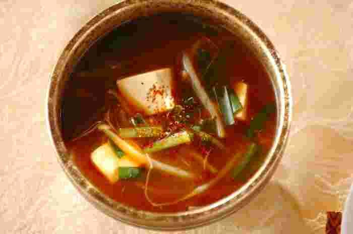 赤味噌にコチュジャンを合わせて韓国風の味付けにしました。ほんの少しコチュジャンをプラスするだけで、いつものお味噌汁とは違う味が楽しめます。  ピリッとした辛さと相性の良いもやしやニラを具材にしました。このお味噌汁と白いごはんの組み合わせは、どちらも箸が止まらないおいしさです。