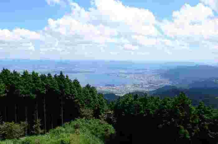 県土の1/6を占める日本最大の湖・琵琶湖を中心に、さまざまな名所や人気スポットがあり観光地としても注目を集める滋賀県。豊かな自然だけでなく歴史の街としても知られています。