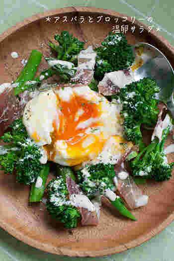 アスパラとブロッコリーをゆでた上に、チーズドレッシングと温玉をのせてシーザーサラダ風に。 くずしながら頂くのは絶品です!とろとろの黄身とからめると野菜の旨さがさらに引き立ちます。