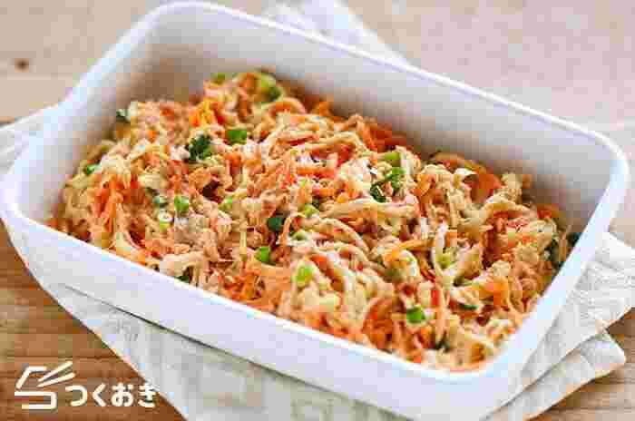 お弁当や小鉢にぴったり、火を使わずに作れる彩りのよいサラダ。ツナとマヨネーズを加えることで食べごたえもアップします。子どもや男性にも喜ばれそうですね。