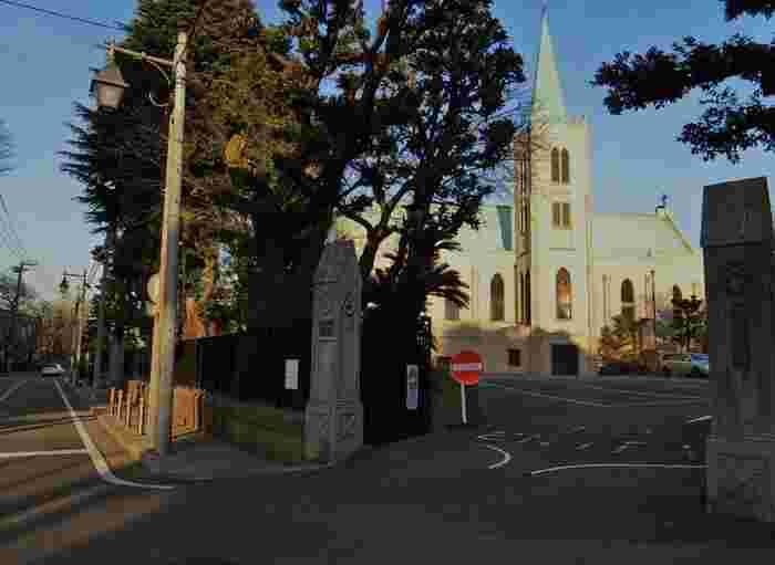 洋館が多く立ち並ぶのも横浜元町の特徴。こちらのカトリック山手教会の高い尖塔は、山手を代表するランドマークとして親しまれています。趣きのある洋館を巡りながらゆっくり散策するのも楽しみのひとつです。
