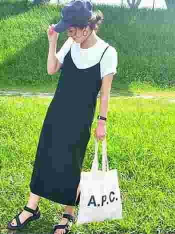 こちらもキャミソールワンピのコーディネート。キャップをかぶってちょっと個性的に仕上げています。バッグもモノトーンで統一。カジュアルですがどこか女性らしいコーデですね。