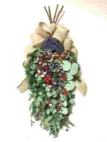 ドライフラワーや葉物と組み合わせたスワッグにしてもオシャレに。アクセントの赤い木の実がクリスマスムードを高めてくれます。