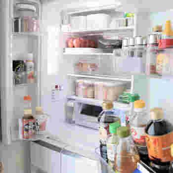 野菜以外の食材や料理を入れる冷蔵庫上部は、場合によってはケースを使わないほうが収納力がUPします。 ケース収納は見た目は美しいのですが、入れるものや形が限られ、結果的に収納したいものが収まりきらないことも。