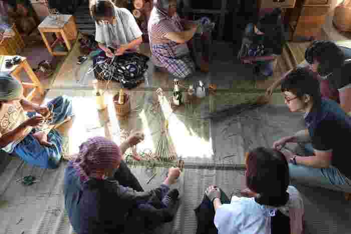 農家民宿「森の宿」で開かれるワークショップはいつでも人気です。和気あいあいとした和やかな雰囲気の中で、藁細工の技に触れることができます。