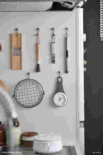 壁面ではありませんが、磁石がくっつく冷蔵庫の側面も、見落とせない収納場所です。マグネットフックやマグネットバーなどをフル活用して、キッチンツールの収納に役立てましょう。
