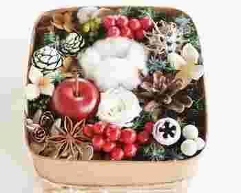 クリスマスの雰囲気たっぷりの、木の実やお花、コットンが詰まった木箱は、まさに「冬のおくりもの」。大切な人へのギフトととしていかがでしょうか。