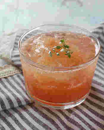 炭酸のシュワシュワはグレープフルーツのほんのりした苦味にもよく合います。生のグレープフルーツとジュースで作るゼリーは果汁感たっぷり!グラスに盛り付けて、仕上げに炭酸水を注げば完成です。