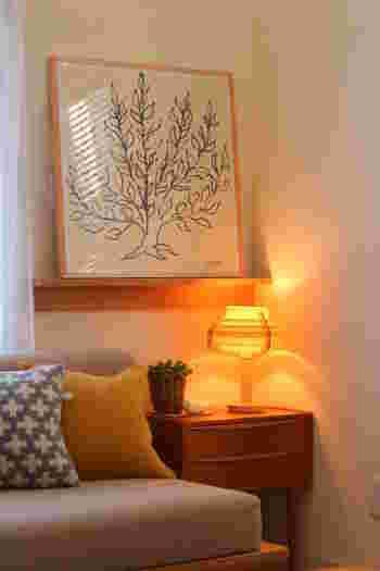 木製のテーブルランプをリビングの隅に取り入れると、あたたかな光がお部屋をぼんやりと照らしてくれます。木製のシェードだと電球の色がより赤みを帯びるので、秋によく合います。