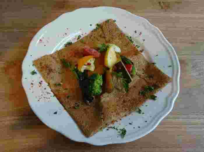お野菜をたっぷり食べたい方は「10種の野菜のガレット」がおすすめ。ラタトゥイユと温野菜にチーズで風味をアップ。色どりもキレイで見るからにおいしそうですね。