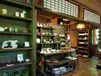 店内では、温もり感があってかわいい器や雑貨も販売されています。