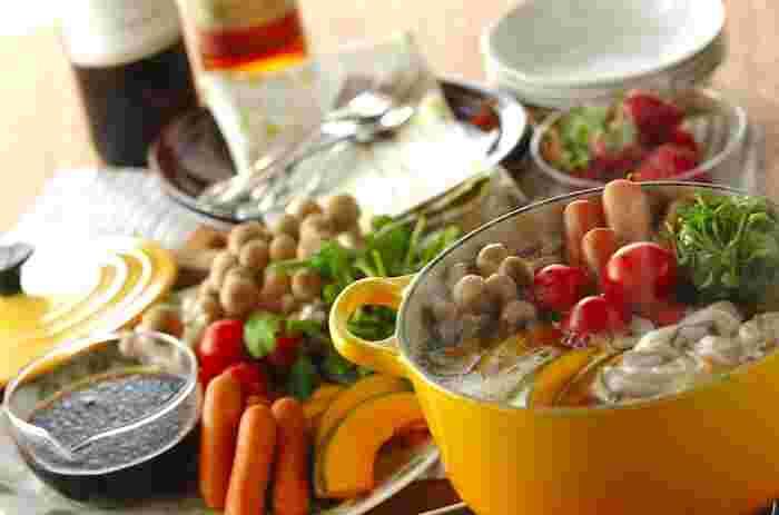 ワインがそのままスープに入った贅沢なワイン鍋。つけダレのバルサミコ・オリーブ入りのポン酢はワインスープで煮込まれた具材との相性も抜群です。シメはお鍋で作るカルボナーラ♪ワインやシャンパン片手に最後まで楽しめるワイン鍋はおもてなしにもおすすめです!