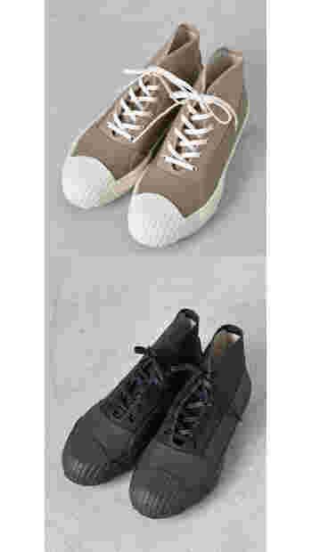 ゴム産業の町として栄えた久留米で、長きに渡り靴を作り続けてきたムーンスターからオールウェザーラバーレインシューズ。アッパーのキャンバス地にラバーを貼り合わせた全天候型モデルだから、晴雨問わず毎日履きたい一足。野外イベントなど足下の状態が悪い場面でも気にせず履くことができる嬉しいデザインです。