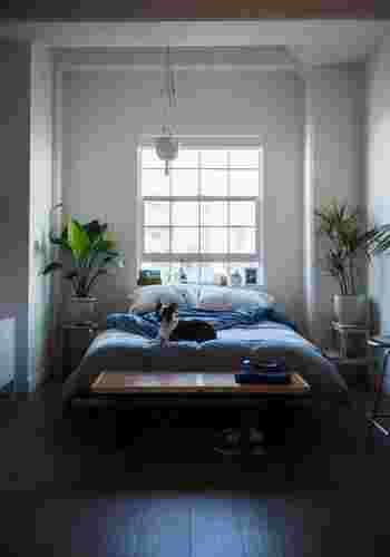 """風水ではドアは""""気の通り道""""だと考えているため、入口付近やドアの直線上にベッドを置くのはNGです。ベッドをドアの対角線に配置するのが、最も吉とされています。"""