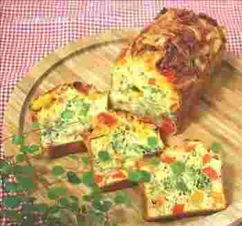 肉・魚・チーズ・野菜などをつかうケークサレは、断面も美しく、テーブルの主役になってくれるメニューです。混ぜて焼くだけなので、意外と簡単にできるんですよ。