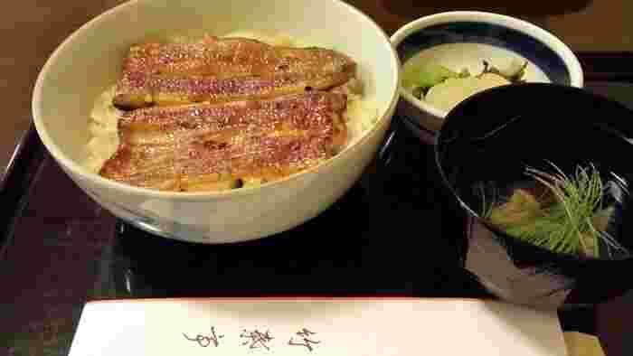 竹葉亭は、1866年創業の鰻料理の老舗。永井荷風の「断腸亭日乗」に銀座店がしばしば登場するほか、夏目漱石や泉鏡花などの作品にもその名が出てきます。100年以上つぎたしのタレは絶品です。