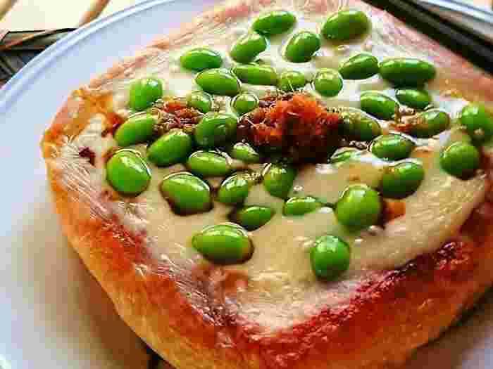厚揚げをフライパンで蒸し焼きにして作ります。 チーズとお醤油が香ばしくて美味しそう~ 枝豆も鮮やかで食欲がわきますね。