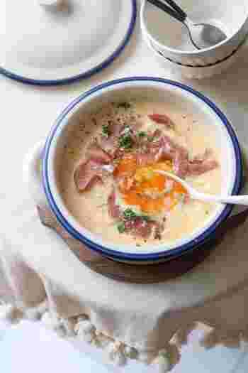 あっさり系もいいけれど、時には趣向を変えてこってり系の濃厚な雑炊を作ってみませんか?空っぽのお腹もこれなら喜び満たされるはず。さあ、熱々を召し上がれ。