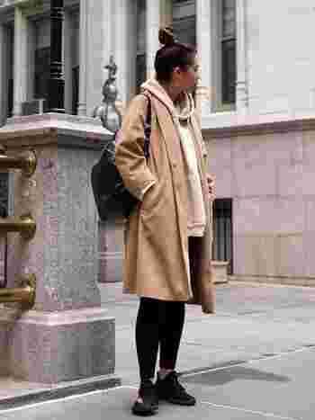 パーカーとコートを同色系のワントーンにすると、絶妙なニュアンスが生まれます。例えば、ベージュのような中間調のカラーは、小物やボトムスで程よく引き締めるとメリハリのあるスタイルに。