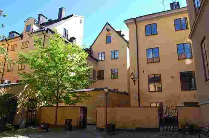 スウェーデンにあるのに名前がフィンランド教会。  先ほどご紹介したガムラスタンからほど近い場所に佇んでいる教会です。  こちら、一見普通の教会に見えますが、実はストックホルムのちょっとした名所になっているんです。