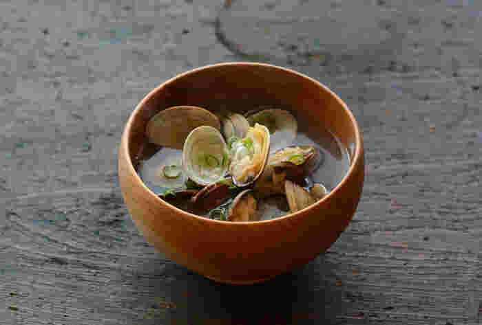あさりと昆布からしっかり出汁をとったお吸い物。水から煮出して、うま味を引き出しましょう*