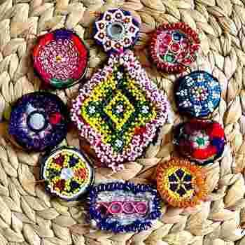 こちらはアフガニスタンの民族衣装で使われていた、アフガンビーズと刺繍を組み合わせたワッペンです。ワッペンなら、お気に入りの服や帽子、バッグなどの好きな場所に気軽に好きなだけつけて楽しむことができます。1つつけるだけでもぱっと華やかな印象になりそうですね。  そんな魅力たっぷりのビーズ刺繍のアイテムを、自分で作ってみませんか?