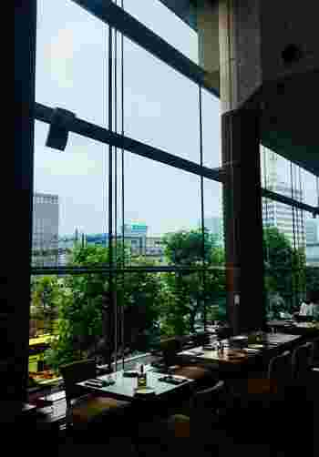 東京駅から徒歩2~3分、東京ビルTOKIAにある「resonance(レゾナンス)」は、天井が高くビルの2階とは思えないほど開放感たっぷりです。  ディナータイムは混雑することの多い人気店ですが、ランチは予約なしでもOKなので気軽に訪れてみませんか?