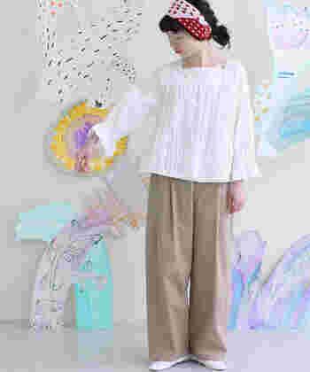 太めの糸を使って、ふっくらと立体感のある刺繍デザインが施されているブラウス。女性らしい繊細さをアピールできるトップスは、ベージュのワイドパンツを合わせて、ちょっぴりカジュアルダウンしても◎