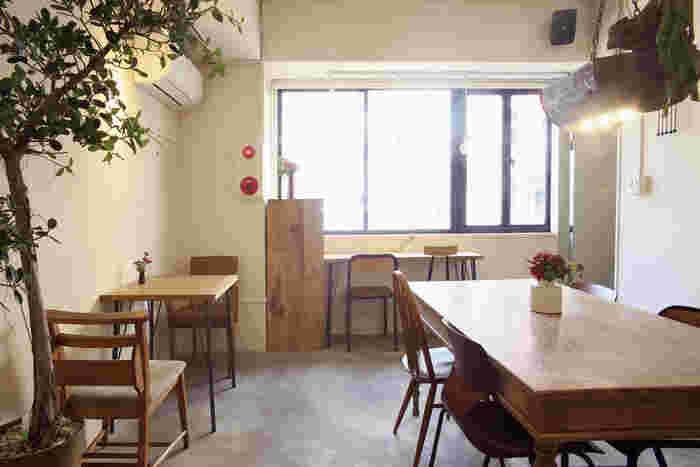 マルイMENすぐ隣のビルの2Fと3Fにあるムブカフェは、おしゃれな内装で落ち着けるほっこりとした空間が特徴のカフェ。一度訪れると、また利用したくなるリピーターの多いお店です。