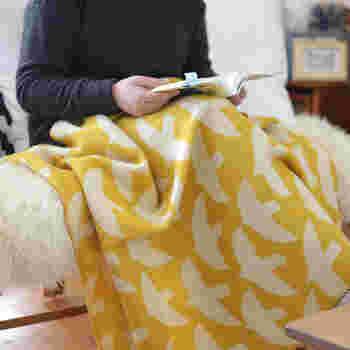 リビングやベッドルームは勿論、絵本の中から飛び出してきたような小鳥のブランケットは、子ども部屋にもおすすめです。思わずほっこり微笑んでしまいたくなるブランケットは、愛らしいけど甘すぎず、子供っぽくなり過ぎない所も魅力的。 カウニステの美しいウールアイテムは、高品質で柔らかなメリノウールを使用し、伝統的な織り機で丁寧に仕上げられています。北欧らしいきれいな色のブランケットは、体をぬくぬくあたためてくれるだけでなく、お部屋にもあたたかい雰囲気を連れて来てくれそうです…。