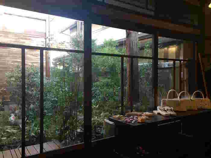 花想容(東京新宿区)・・・目白の住宅地にひっそりと佇む大正時代の日本家屋。カフェのある着物店として2006年から営業。ひと月に4~8日間を着物カフェとして営業し、美しい着物や帯、和小物が楽しめます。8席ほどの小さなカフェでは、季節ごとに表情を変える小さな中庭を眺めながら、和菓子やお抹茶がいただけます。