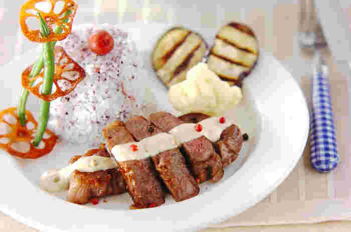 遊び心いっぱいに盛り付けたステーキプレート。柔らかに焼き上げたお肉には、粒こしょうのアクセントで可愛らしい雰囲気をプラスして、ごはんには、ゆかりを混ぜ込んで彩り良く!大人は勿論、お子さまも喜んでくれそうな美味くて楽しい一皿です。