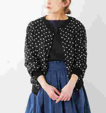 シンプルなクルーネックのカーディガンもレトロシックなドット柄を選べば、それだけでグッとオシャレに。フレンチスタイルに欠かせないドット柄は、ロングスカートやデニムなどシンプルなボトムスを小粋に仕上げてくれます。  肌に触れる内布はコットン・レーヨンの柔らかな春ニットを、表面は透け感のあるシフォン素材を使用。シフォンがふんわりときれいな立体感をつくりだしています。