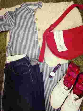 ブルーのワンピース&デニムと、赤のバッグと靴下、それぞれをつなぐのが、両方の色が入ったWEEKENDER。