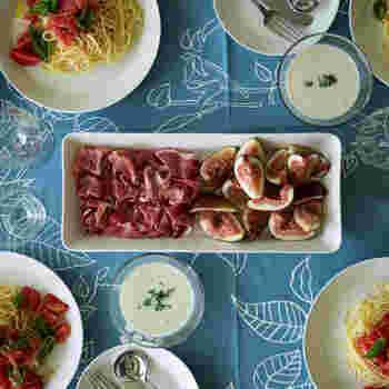 ガラス食器で有名なiittala(イッタラ)のスクエアプレート。ロングタイプやワイドタイプは食卓の真ん中にどーんと置いても四角だから邪魔にならず、サラダなどの盛り付けも生える優れもの。