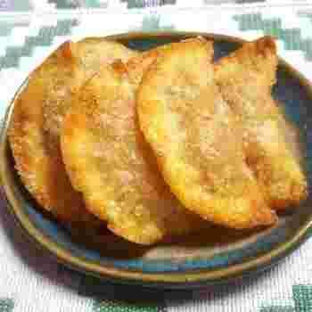 道端の屋台などで売っている揚げ餃子。こちらも、お店や家庭などによって具材が変わるそうですが、スパイスの風味が効いているところがブラジル風です。