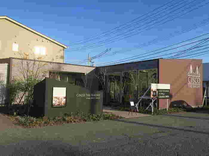 中央区米山に2016年11月にオープンした「シスコザベーカリー」もぜひ足を運んでいただきたいお店です。テラス席も完備したモダンな佇まいのパン屋さんです。
