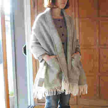 ポケットがついたウールショールは、肩から羽織るとコート風になります。手が寒いときにポケットは便利です。
