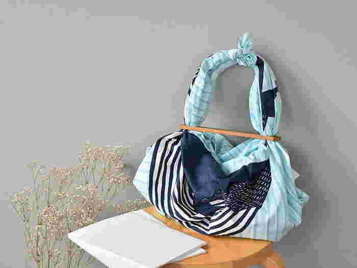 布と木の温かみを感じる、ハンドメイドならではの風合い。布を変えれば、全く別物のバッグに変身します!季節やシーンによってもアレンジできるので、コーディネートに合わせて布使いを楽しみたいですね。