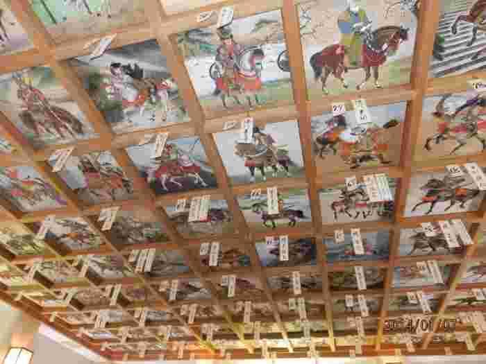 拝殿の格天井には、日本の初代天皇である神武天皇の時代からの「日本馬乗史」を描いた100枚の絵が奉納されています。精密に描かれていて、その迫力に圧倒されます。那須与一や織田信長など、有名な人物を探すのも楽しいですよ。