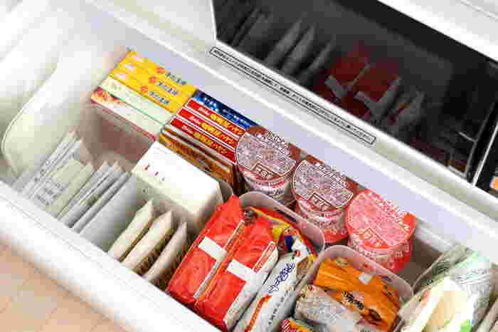 ダイソーの積み重ねボックスは、食品を立てて収納しやすいサイズです。キッチンの引き出し収納にぴったり。  上から何がどこにどれくらいあるのか一目瞭然。在庫管理もしやすくなります。 空いた隙間もうまく利用されていますね。
