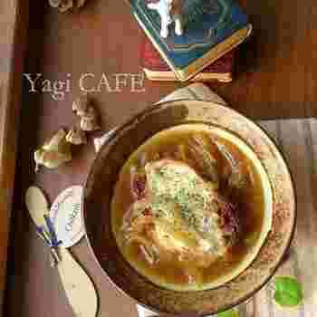 フランスパンの代わりに、ガーリックラスクを使った変わり種レシピ。コクが加わって、濃い味わいのオニオングラタンスープが楽しめます。