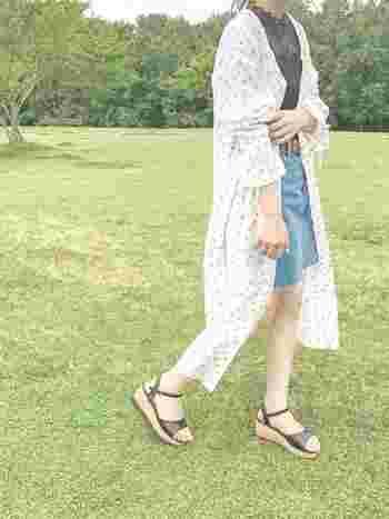 切りっぱなしのデニムミニスカートは海や山へお出かけしたくなるこれからの季節にぴったり!長めのシャツワンピを羽織れば、ミニに不慣れな大人女子もチャレンジしやすいでしょう。