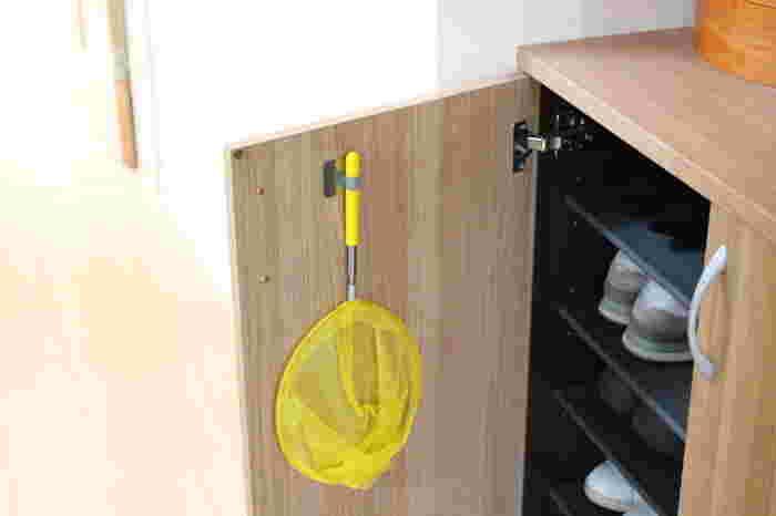 ラケットと形が似ている虫取り網も同じ。扉を閉めてしまえば、アイテムが悪目立ちすることもなく、統一感が出てすっきりします。  毎日使うわけではないものや、玄関のインテリアやカラーに合わせにくいアイテムは、隠す収納で玄関をすっきりさせることがポイントです。