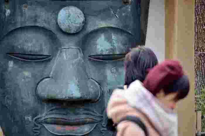 """【エリア内にある「上野大仏」も、東叡山寛永寺の史跡の一つ。かつて上野(東叡山寛永寺)には、大仏(釈迦如来坐像/初建は寛永8年)があったが、度重なる罹災で、本体と大仏殿を失い、現在は、残った""""大仏の顔""""だけが祀られている。顔のみであるが、隠れた人気パワースポットとなっている。】"""