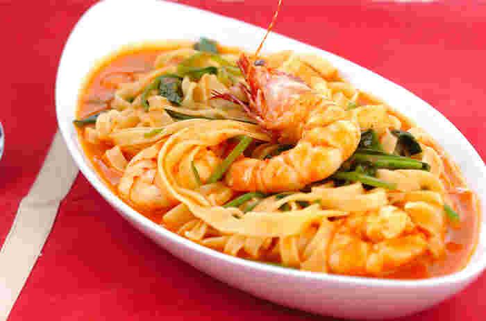 「アメリケーヌソース」とは、えびなどの甲殻類の殻を炒めて出汁を取り、トマトを加えたフランス料理のソースのこと。マスターしておけばスープパスタだけでなく、リゾットやグラタンなどにも重宝します。高級感たっぷりのスープパスタなので、来客用としてもおすすめです。