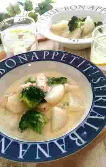 美味しさの決め手は、味噌とめんつゆ、そしてパルメザンチーズ。カブや鶏のささみといった淡白な具材が引き立つレシピです。