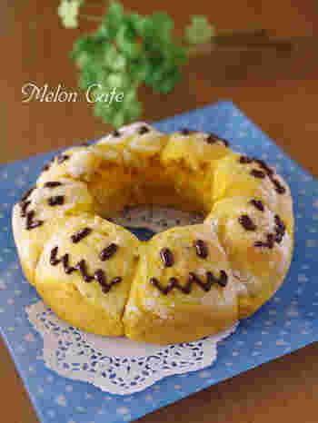 ハロウィン仕様の、かぼちゃのちぎりパン。豆腐を加えるのでパサつかず、もっちりふわふわな生地に仕上がります。ヘルシーで栄養もあるおやつパンです。