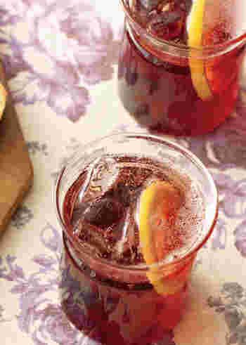 赤ワインと炭酸水も相性ばっちりのソフトカクテルになります。輪切りのレモンをプラスして爽やかな味わいに。アルコールの苦手な方にもおすすめです♪
