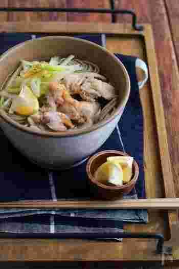 鶏のうまみと、清涼感のあるゆずの香り。お蕎麦の味がワンランクアップする組み合わせです。白だしを使って、簡単にできます。